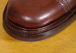 コバ(edge)とは、靴の土踏まず部分より前方を縁取るウェルト(細い帯状の革)のうち、アッパー(甲革)よりも外側にはみ出た部分のことです。