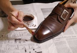 塗装・染色は、靴専用の塗料を靴の色合いに合わせて使用する手入れの方法で、靴のカラーリングを変える際にも使用されます。補色、塗装、染色、染め替え、染め直し、